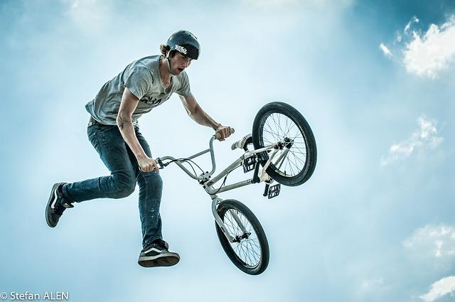 Jeden špeciálne upravený bicykel a množstvo kreatívnych trikov!